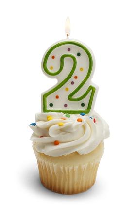 anniversaire: Cupcake avec un nombre à deux bougies isolé sur fond blanc.