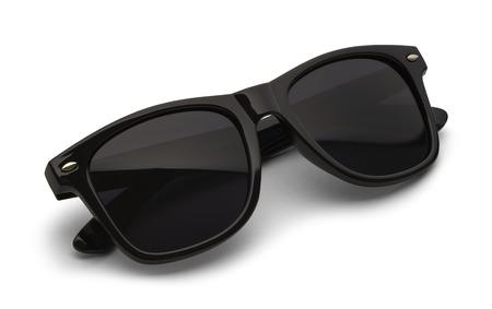sonnenbrille: Gefaltete schwarze Sonnenbrille auf weißen Hintergrund mit Beschneidungspfad. Lizenzfreie Bilder