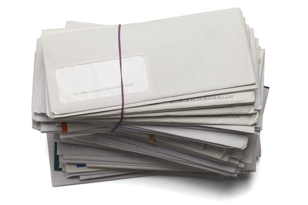 comunicaci�n escrita: Correo apilados alto de facturas pendientes de pago aislados en un fondo blanco.