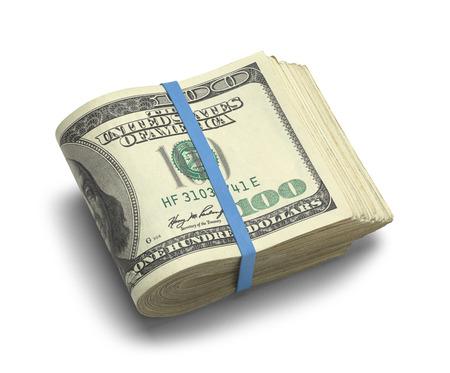 접힌 된 100 달러 지폐의 큰 스택을 흰색 배경에 고립.