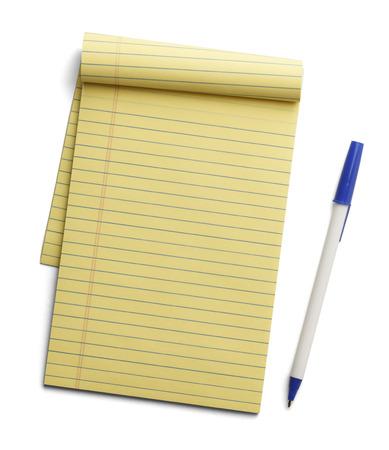白い背景に分離されて横に青いペンで黄色のメモ帳。