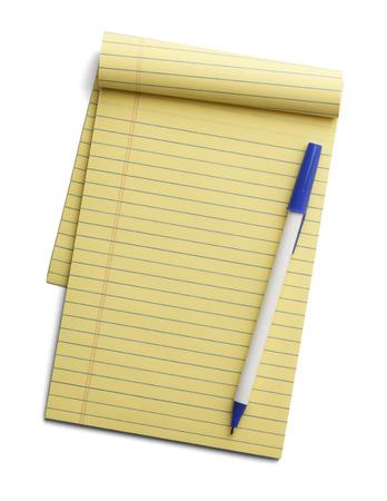 白い背景で隔離の上にペンで黄色の線のメモ帳。