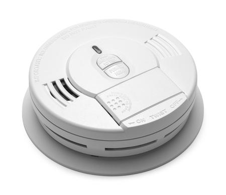 in the smoke: Ronda de Humo de plástico detector de incendios Alarma aisladas sobre fondo blanco. Foto de archivo