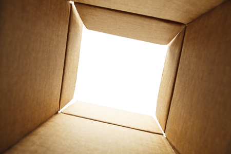 Op zoek uit de bodem van een doos met Space witte kopiëren. Stockfoto