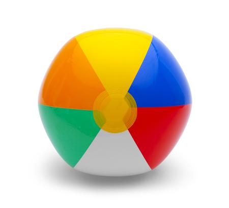 在白色背景隔绝的塑料玩具海滩球。