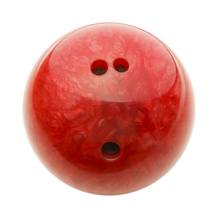 Bola de bolos roja con agujeros aislados en el fondo blanco. Foto de archivo - 65199793