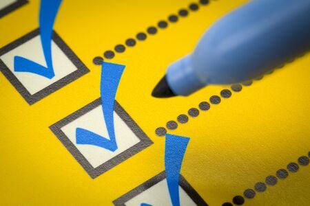 Liste de contrôle jaune avec le marqueur bleu Close Up. Banque d'images - 69663491
