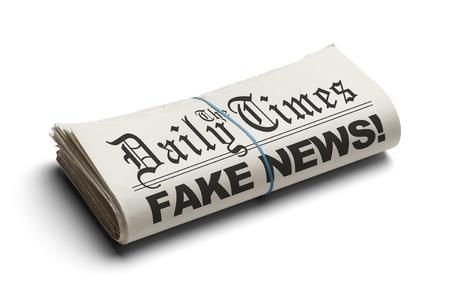 白い背景に分離された毎日の時間で偽のニュース。