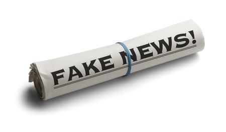 Periódico enrollado con Encabezado de Noticias falso aislado en el fondo blanco.