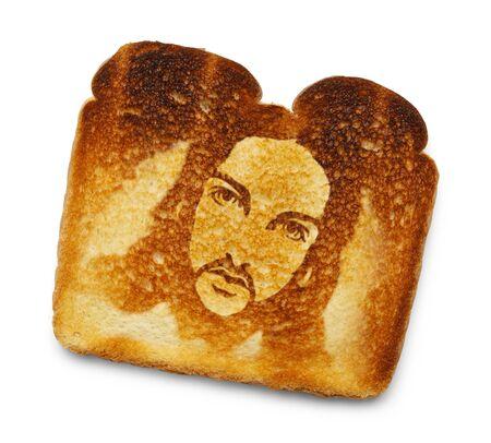 흰색 배경에 고립 된 예수님의 이미지와 함께 탄된 토스트.
