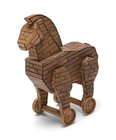 Cavallo di Troia Legno su Ruote Isolato su Sfondo Bianco. Archivio Fotografico