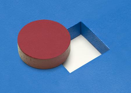 四角い穴の赤い輪木ブロックです。