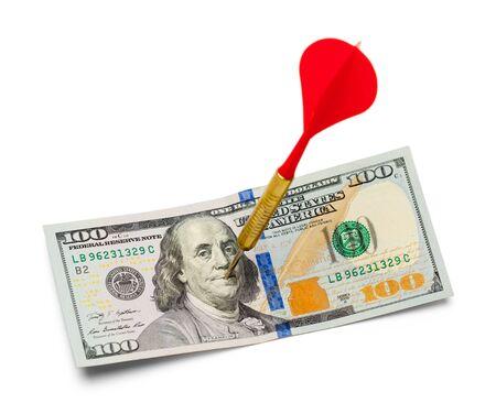100ドル紙幣は白に隔離されたダーツに打たれた。 写真素材