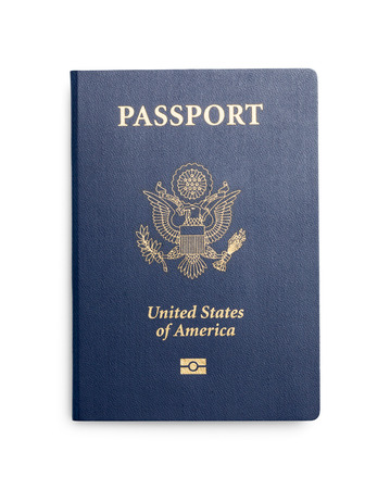 Nouveau passeport fermé des États-Unis isolé sur fond blanc.