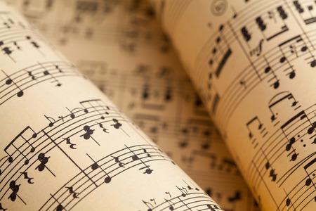 Verschillende muziekbladen in een opgerolde stapel.