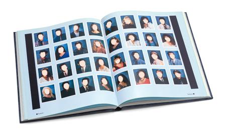 Libro abierto del año de la escuela secundaria con caras en blanco aisladas sobre fondo blanco. Foto de archivo