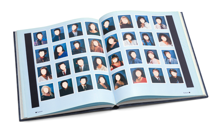 Otwórz książkę rok liceum z pustymi twarzami na białym tle. Zdjęcie Seryjne