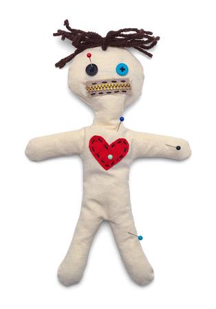 Muñeco vudú con vista superior de agujas aislado sobre fondo blanco.