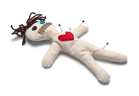 Muñeco vudú con agujas aislado sobre fondo blanco.