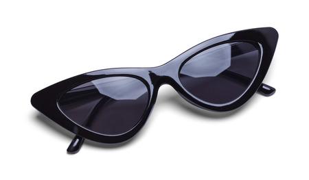 Gafas de sol retro negras plegadas aisladas sobre fondo blanco.