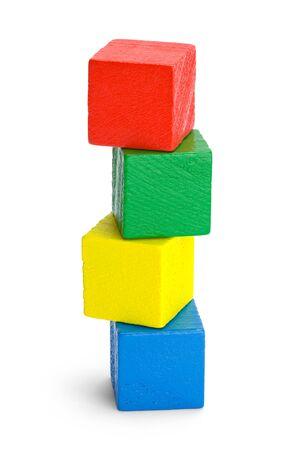 Pila de cuatro bloques de madera de colores aislados sobre fondo blanco. Foto de archivo