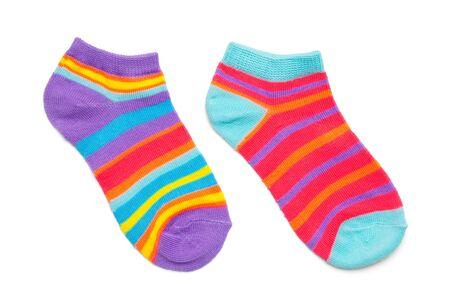 Zwei bunte Socken, isoliert auf weiss. Standard-Bild