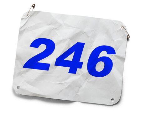 Numéro de concurrent de marathon utilisé isolé sur blanc.