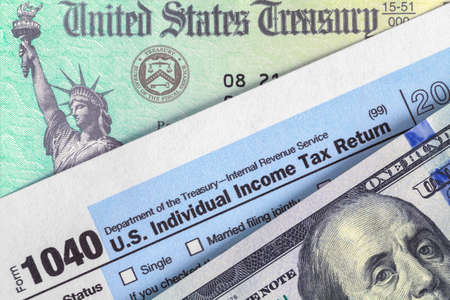 Form 1040 with Tax Refund Check and Money Stok Fotoğraf