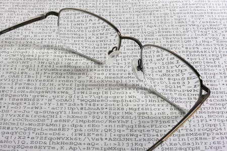 Unsinn: Lesebrille gegen ein Blatt unlesbar bedeutungslos Text - Kauderwelsch durch eine fehlerhafte Software