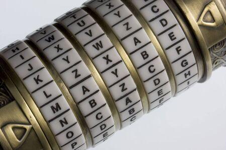 möglicherweise: vielleicht - ein Passwort setzen auf eine Kombination Puzzle Box oder Sperren mit Ringen aus Buchstaben (cryptex), Konzept der Unsicherheit