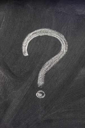 point d interrogation: question marque la main avec un blanc de craie sur un tableau noir sur