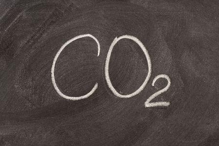 dioxido de carbono: s�mbolo qu�mico para el di�xido de carbono, uno de los principales gases de efecto invernadero, a mano con tiza blanca en una escuela de pizarra