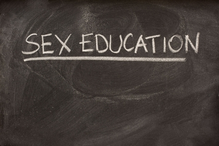onderwijs: seksuele opvoeding met de hand geschreven met wit krijt als een klasse of college onderwerp op Blackboard Stockfoto