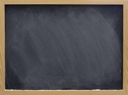 lavagna: lavagna vuota in cornice di legno bianco con polvere di gesso e gomma sbavature