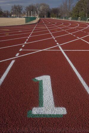 Witte lane nummer één op een start lijn rood verloop tracks