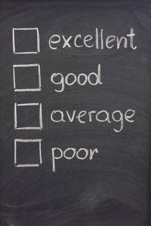 고객 설문 조사 또는 지우개 얼룩이 함께 칠판에 흰색 분필로 스케치 확인란으로 설문 조사 (우수, 좋은, 평균, 가난한) 스톡 콘텐츠