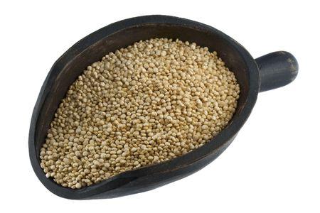 quinua: grano de quinua en un r�stico, cuchara de madera, aislado en blanco Foto de archivo
