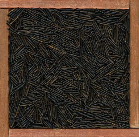 Negro arroz de grano largo silvestres en un marco de madera rústica o caja de Foto de archivo - 4846168