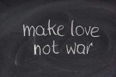hacer el amor: hacer el amor y no la guerra - contra la guerra eslogan com�nmente asociados a la contracultura de la Am�rica 1960sm blanco tiza en la pizarra de escritura a mano