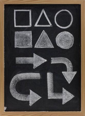 geometrische basisvorm (vierkant, driehoek, cirkel) en blok pijlen getekend met wit krijt op bord Stockfoto - 5514315