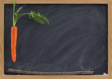 la zanahoria, el palo y pizarra - la motivación de la escuela o la recompensa y el concepto de castigo, Foto de archivo - 5588600