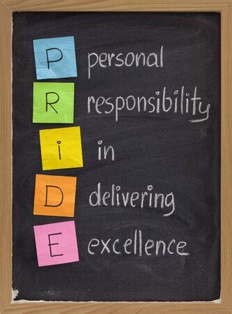 responsabilidad: PRIDE (responsabilidad personal en la prestaci�n de excelencia) concepto en la pizarra