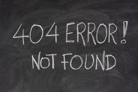 Internet waarschuwings bericht 404 fout, met de hand geschreven met witte krijt op een bord