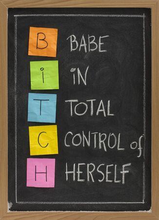 bitch: perra - chica en el control total de s� misma, el acr�nimo humor�stica en la pizarra, notas adhesivas de colores y la escritura de tiza blanca