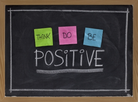 think, do, be positive - positivity concept, color sticky notes, white chalk drawing and handwriting on blackboard Stockfoto