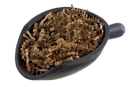 paper packing: tiras de papel de embalaje marr�n en una cuchara de madera r�stica aislado en blanco - reciclado o reutilizaci�n de concepto