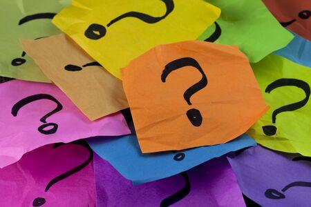 las preguntas, la toma de decisiones o el concepto de incertidumbre - un mont�n de coloridos crumpled notas adhesivas con signos de interrogaci�n Foto de archivo - 5990506