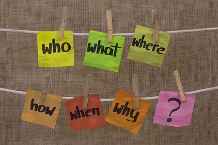 incertezza: Chi, cosa, dove, quando, perch�, come domande - concetto rendendo brainstorming, di incertezza o di decisione, colorate spiegazzate sticky note appesa clothesline contro la tela sfondo