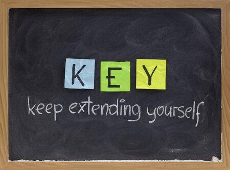 zelf doen: SLEUTEL (Houd jezelf uit te breiden) - coaching, motiverende, self development acroniem, wit krijt handschrift en kleurrijke plaknotities op blackboard Stockfoto