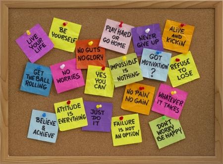 태도: motivational slogans and phrases - colorful reminder notes with handwriting on cork bulletin board 스톡 사진